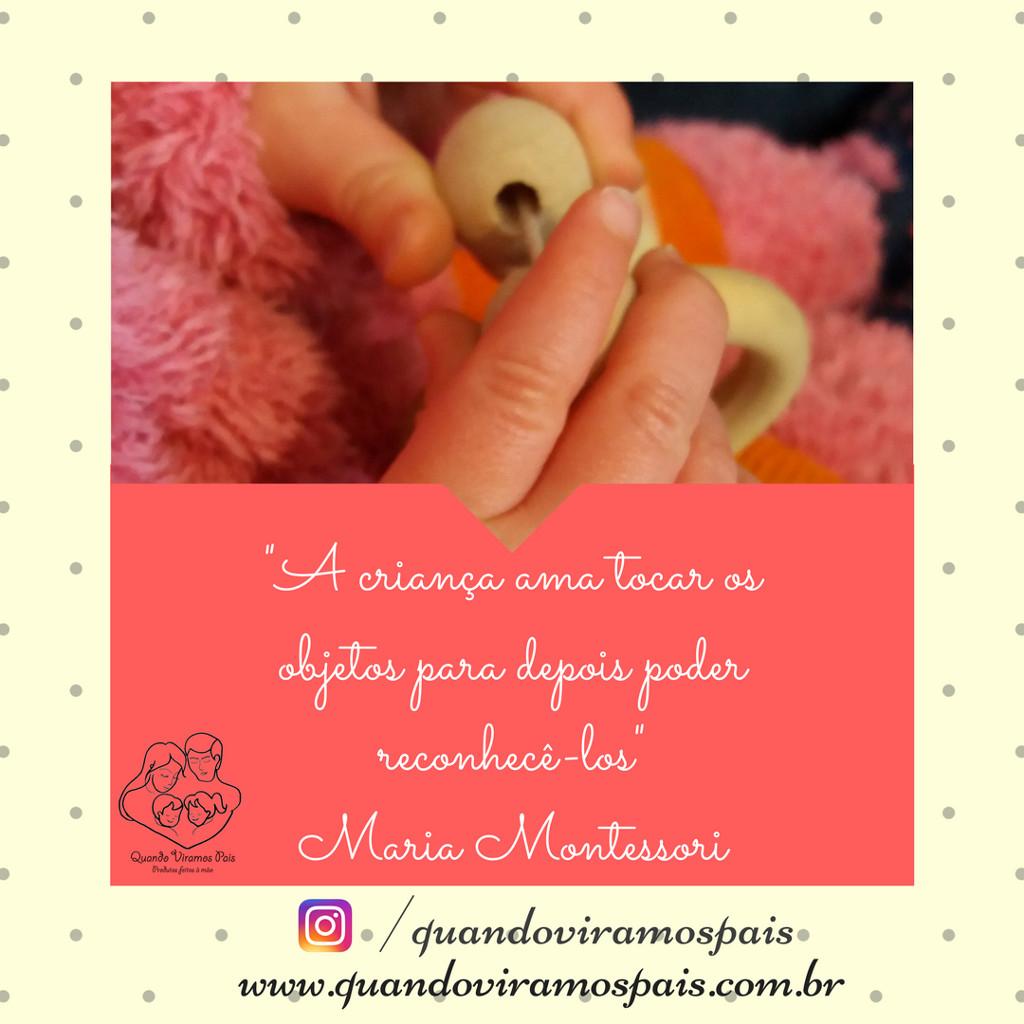 """""""A criança ama tocar os objetos para depois poder reconhecê-los"""", Dra. Maria Montessori"""