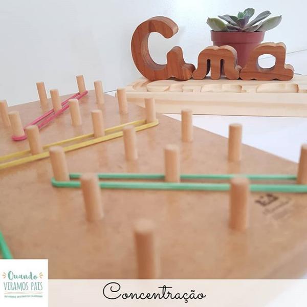Concentração da criança com materiais Montessori